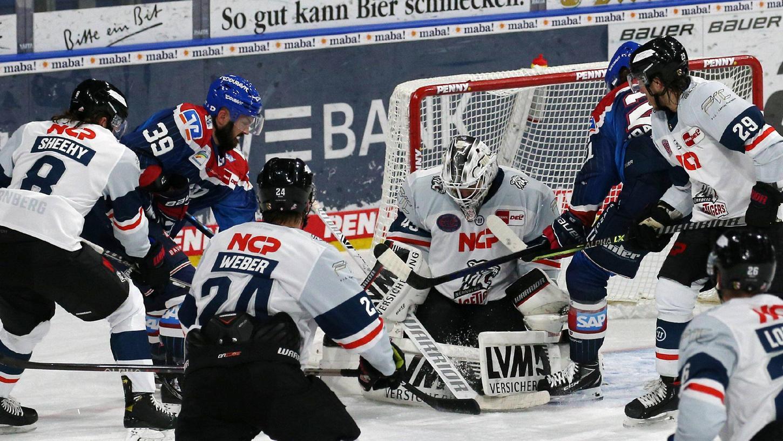 Viel Verkehr: Ilya Sharipov zeigte in Mannheim aber auch unter Druck eine starke Leistung.