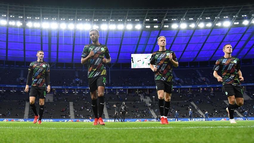 17.09.2021 --- Fussball --- Saison 2021 2022 --- 1. Fussball - Bundesliga --- 05. Spieltag: Hertha BSC Berlin - SpVgg Greuther Fürth ( Kleeblatt ) --- Foto: Sport-/Pressefoto Wolfgang Zink / WoZi --- DFL REGULATIONS PROHIBIT ANY USE OF PHOTOGRAPHS AS IMAGE SEQUENCES AND/OR QUASI-VIDEO ---   Branimir Hrgota (10. SpVgg Greuther Fürth ) Timothy Tillman (21, SpVgg Greuther Fürth ) Havard Nielsen (16, SpVgg Greuther Fürth ) Paul Seguin (33, SpVgg Greuther Fürth ) Aufwärmen warm-up