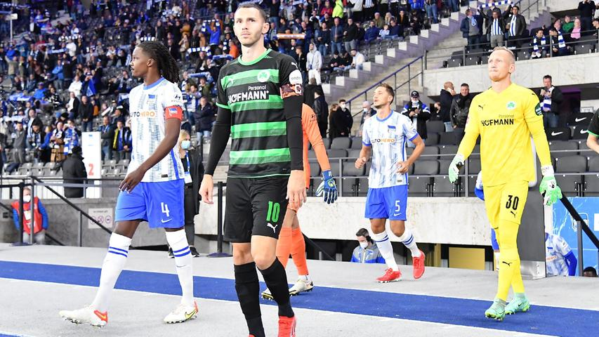 17.09.2021 --- Fussball --- Saison 2021 2022 --- 1. Fussball - Bundesliga --- 05. Spieltag: Hertha BSC Berlin - SpVgg Greuther Fürth ( Kleeblatt ) --- Foto: Sport-/Pressefoto Wolfgang Zink / WoZi --- DFL REGULATIONS PROHIBIT ANY USE OF PHOTOGRAPHS AS IMAGE SEQUENCES AND/OR QUASI-VIDEO ---   Dedryck Boyata (4, Hertha BSC Berlin ) Branimir Hrgota (10. SpVgg Greuther Fürth ) Sascha Burchert (30, SpVgg Greuther Fürth ) läuft ein