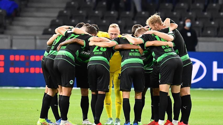 17.09.2021 --- Fussball --- Saison 2021 2022 --- 1. Fussball - Bundesliga --- 05. Spieltag: Hertha BSC Berlin - SpVgg Greuther Fürth ( Kleeblatt ) --- Foto: Sport-/Pressefoto Wolfgang Zink / WoZi --- DFL REGULATIONS PROHIBIT ANY USE OF PHOTOGRAPHS AS IMAGE SEQUENCES AND/OR QUASI-VIDEO ---   Teamkreis Fürth