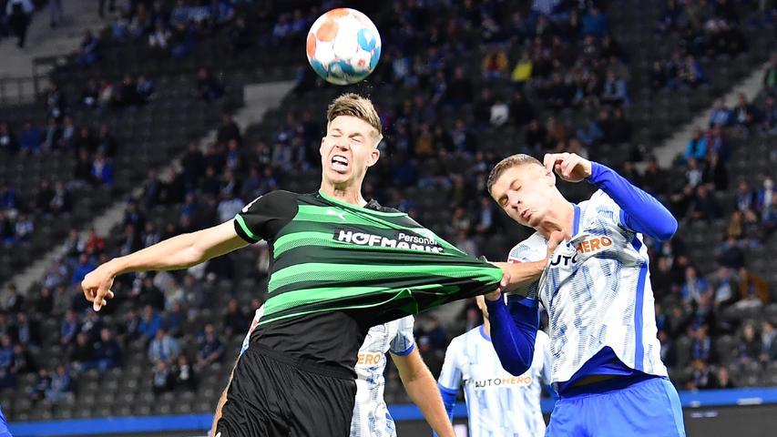 17.09.2021 --- Fussball --- Saison 2021 2022 --- 1. Fussball - Bundesliga --- 05. Spieltag: Hertha BSC Berlin - SpVgg Greuther Fürth ( Kleeblatt ) --- Foto: Sport-/Pressefoto Wolfgang Zink / WoZi --- DFL REGULATIONS PROHIBIT ANY USE OF PHOTOGRAPHS AS IMAGE SEQUENCES AND/OR QUASI-VIDEO ---   Cedric Itten (19, SpVgg Greuther Fürth ) Marton Dardai (31, Hertha BSC Berlin ) zieht an Trikot  - Szene im Strafraum von Hertha