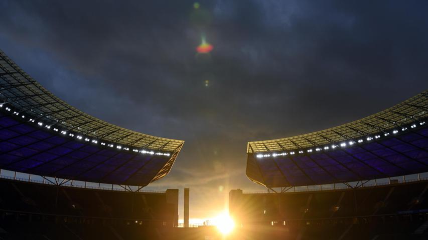 dpatopbilder - 17.09.2021, Berlin: Fußball: Bundesliga, Hertha BSC - SpVgg Greuther Fürth, 5. Spieltag, im Olympiastadion. Die Sonne geht etwa zwei Stunden vor Spielbeginn hinter dem Stadion unter. Foto: Soeren Stache/dpa-Zentralbild/dpa +++ dpa-Bildfunk +++