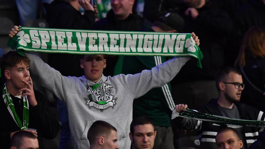 17.09.2021 --- Fussball --- Saison 2021 2022 --- 1. Fussball - Bundesliga --- 05. Spieltag: Hertha BSC Berlin - SpVgg Greuther Fürth ( Kleeblatt ) --- Foto: Sport-/Pressefoto Wolfgang Zink / MeZi --- DFL REGULATIONS PROHIBIT ANY USE OF PHOTOGRAPHS AS IMAGE SEQUENCES AND/OR QUASI-VIDEO ---   Kleeblattfans Fans Fanblock