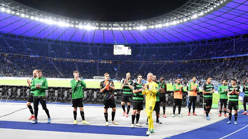 17.09.2021 --- Fussball --- Saison 2021 2022 --- 1. Fussball - Bundesliga --- 05. Spieltag: Hertha BSC Berlin - SpVgg Greuther Fürth ( Kleeblatt ) --- Foto: Sport-/Pressefoto Wolfgang Zink / WoZi --- DFL REGULATIONS PROHIBIT ANY USE OF PHOTOGRAPHS AS IMAGE SEQUENCES AND/OR QUASI-VIDEO ---   Mannschaft Team Fürth vor Fans Fanblock nach Spielende