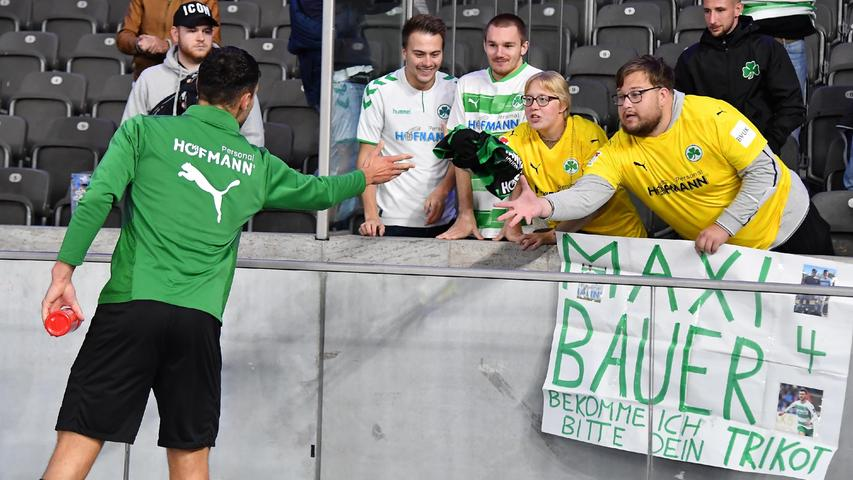 17.09.2021 --- Fussball --- Saison 2021 2022 --- 1. Fussball - Bundesliga --- 05. Spieltag: Hertha BSC Berlin - SpVgg Greuther Fürth ( Kleeblatt ) --- Foto: Sport-/Pressefoto Wolfgang Zink / WoZi --- DFL REGULATIONS PROHIBIT ANY USE OF PHOTOGRAPHS AS IMAGE SEQUENCES AND/OR QUASI-VIDEO ---   Maximilian Bauer (4, SpVgg Greuther Fürth ) verschenkt Trikot an Kleeblattfan