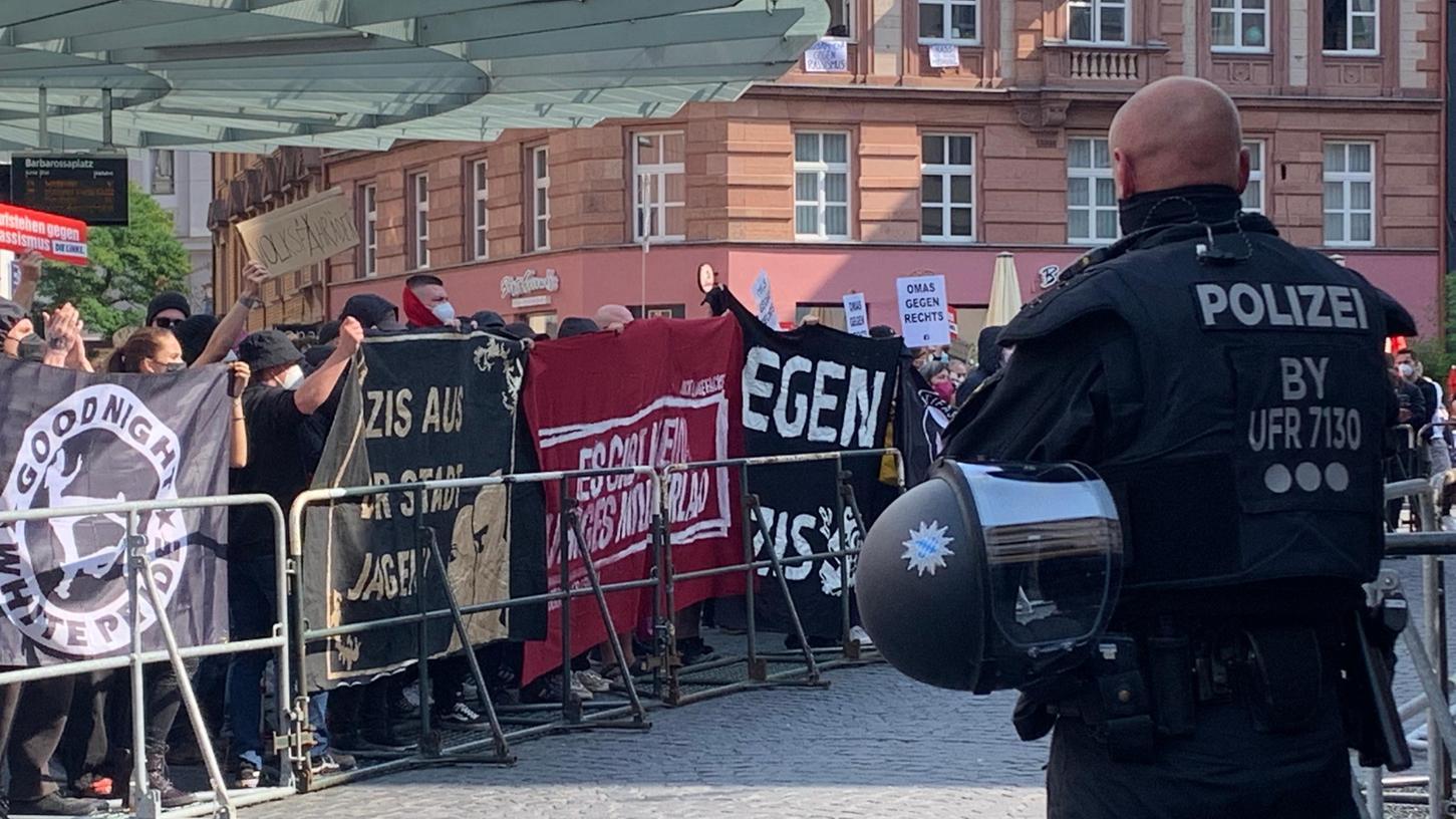 Am Schauplatz des Attentats treffen zwei Demonstrationen aufeinander. Die linke Bewegung
