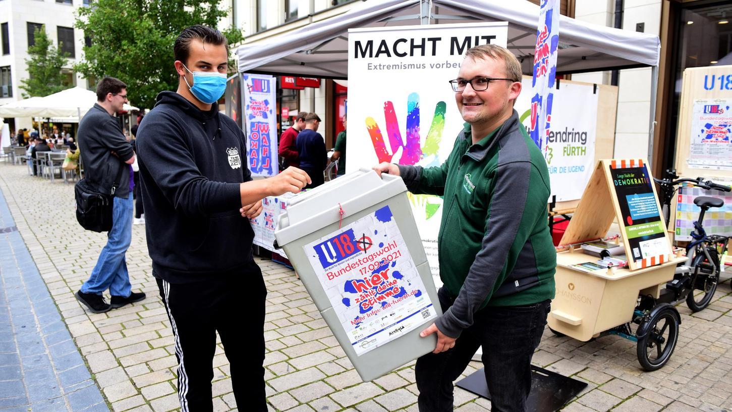 Vincenz Distler (16) nutzte in der Fußgängerzone die Gelegenheit, seine Stimme abzugeben. Benedikt Rampelt freute sich über eine rege Beteiligung an der U18-Wahl.