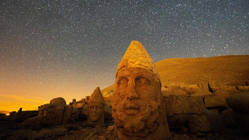 Ein besonderer Blick eröffnete sich dem Fotograf dieses Bildes auf die Statuen am Berg Nemrut inder Türkei: Der steinerne Kopf von König Antiochus I., umgeben von Göttern wie Zeus und Apollo, leuchtenim Sonnenschein. Das UNESCO-Welterbe befindet sich in2134 Metern Höhe und wurde 1881 von einem deutschen Ingenieur entdeckt.