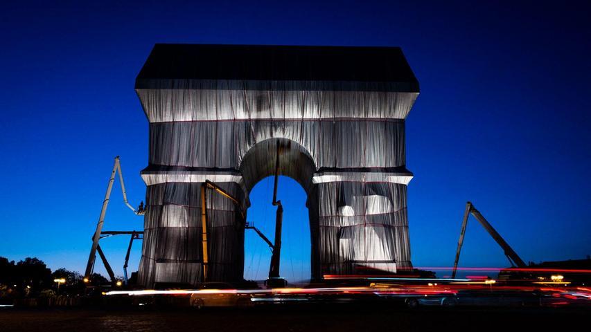 In Stoff gehüllt zeichnet sich der Triumphbogen in Paris vor blauem Himmel ab: Für dasKünstlerpaarChristo und Jeanne-Claude war es ein Lebensprojekt, nun erfüllte sich ihr Traum. Das Projekt