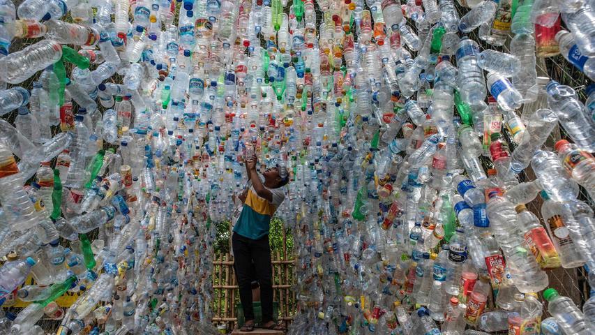 Ebenfalls Kunst, jedoch kritischer Natur, sind diese 4444 Plastikflaschen. Ein Indonesischer Aktivist fügtedie Installation aus Müllzusammen.Die Flaschen hatteer aus einem Fluss gefischt. Mit seiner Skulptur will er auf die Verschmutzung durch Plastik in Flüssen und Meeren aufmerksam machen.