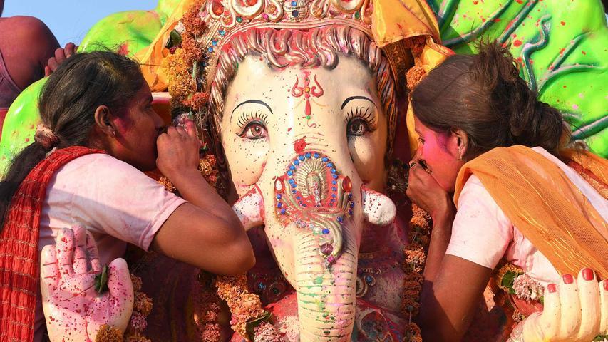 DemElefantengott Ganesha zu Ehren: BeimGanesh Chaturthi-Festival verneigen sich Frauen vor der Heiligkeit, die sie zehn Tage lang feiern. DashinduistischeFest wirdrund um die Welt begangen, vor allem in Indien.