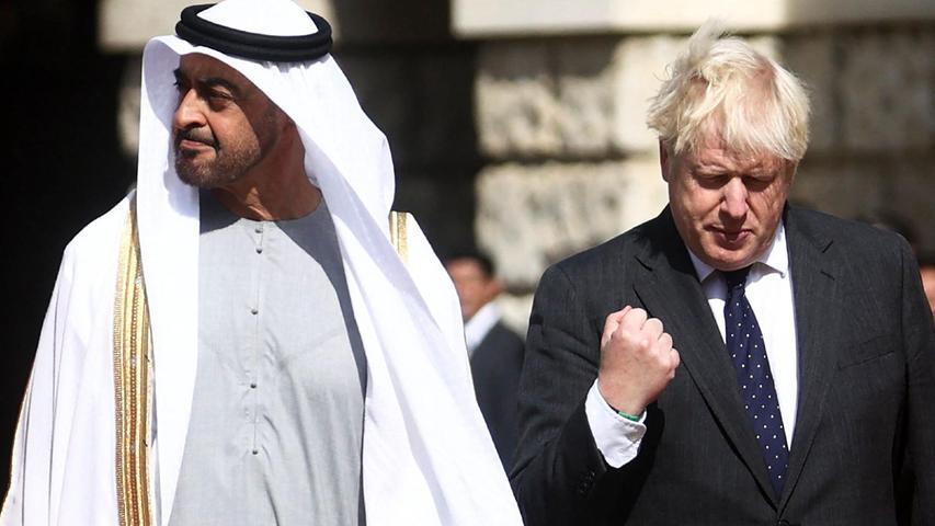Großbritanniens Premierminister Boris Johnson (rechts) und Scheich Mohamed bin Zayed bin Sultan Al-Nahyan, Kronprinz des Emirats Abu Dhabi, begegnen sich in London:Der Brite im schwarzen Anzug, der Scheich im weißen Gewand -doch die Körpersprache ist vergleichbar.
