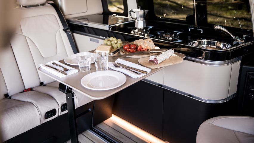 Schöner Wohnen: Boden in heller Yachtoptik, Ambientelicht, schicke Küchenzeile.