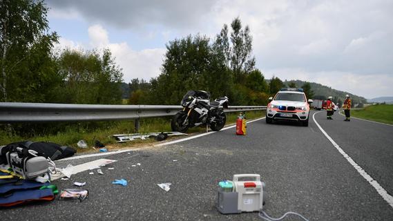 Ende einer entspannten Überlandtour: Motorradfahrer kollidiert mit Freund und verletzt sich schwer