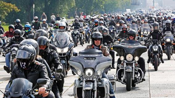 Bilder: Hier knattern 1800 Biker mit ihren Maschinen durch Nürnberg - Sie haben eine klare Botschaft