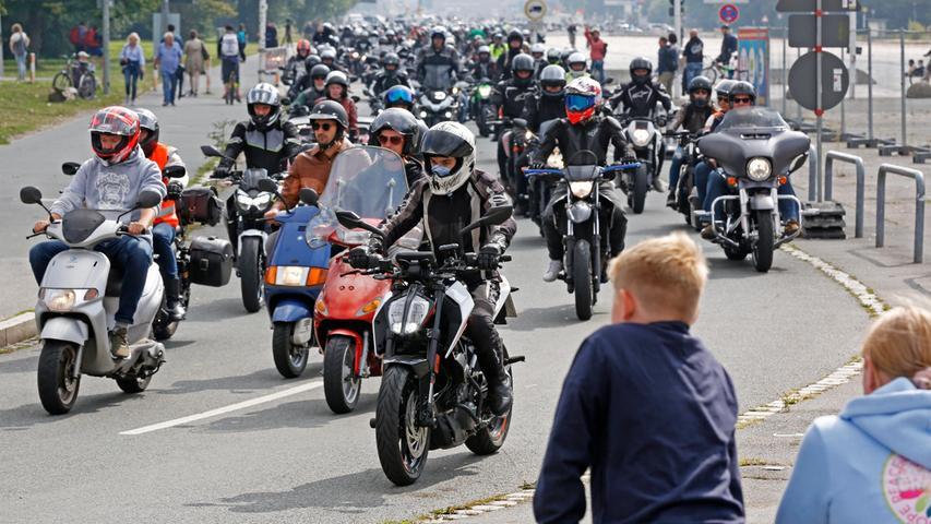Gegen 12.30 Uhr setzte sich derMotorrad-Korso mit zirka 1400 Teilnehmern durch das Nürnberger Stadtgebiet in Bewegung und verlief ausgehend vom Volksfestplatz entgegen dem Uhrzeigersinn über den Nürnberger Stadtring (B4R) bis zur Ludwig-Scholz-Brücke an der Südwesttangente.