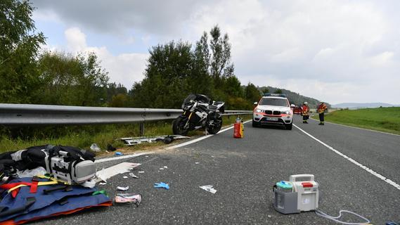 Nach Fahrfehler: Motorradfahrer bei Neumarkt schwerst verletzt