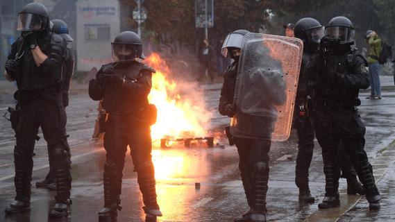 Großeinsatz: Brennende Barrikaden bei linker Demo in Leipzig