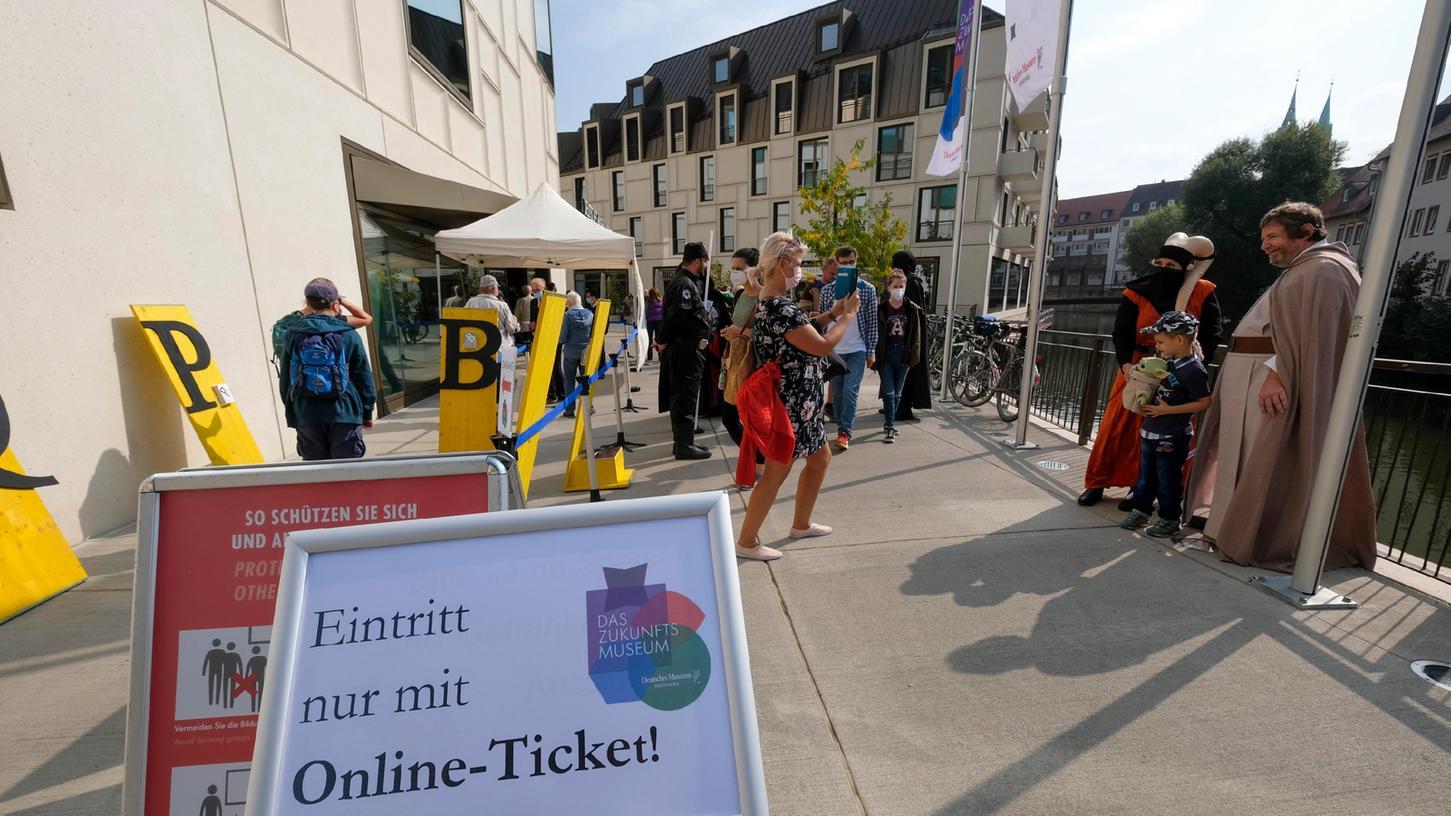Großer Andrang am Eröffnungstag. Die Gratis-Tickets für das erste Wochenende, an dem das Zukunftsmuseum besucht werden kann, waren binnen einer halben Stunde vergriffen. Rein ging es nur mit 3G-Nachweis und Maske.