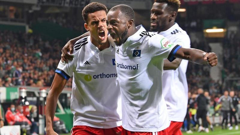 Raus mit den Derby-Emotionen: Robert Glatzel hat soeben das 1:0 in Bremen erzielt, die Kollegen Kinsombi und Jatta jubeln mit.