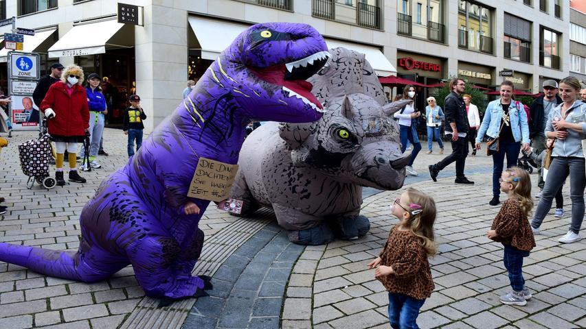 FOTO: Hans-Joachim Winckler DATUM: 18.09.2021 MOTIV:  Fürther Innenstadt ein neuer Seconhand-Laden wirbt mit zwei Plastik-Dinos um Kundschaft