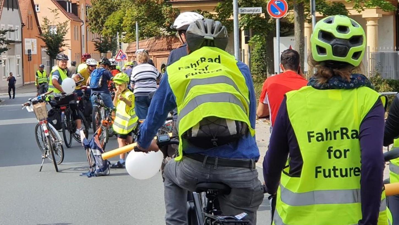 """Rund 120 Eltern, Kinder und Jugendliche haben an der Fahrraddemo """"Kidical Mass"""" in Forchheim teilgenommen und dabei sensible Punkte angefahren."""