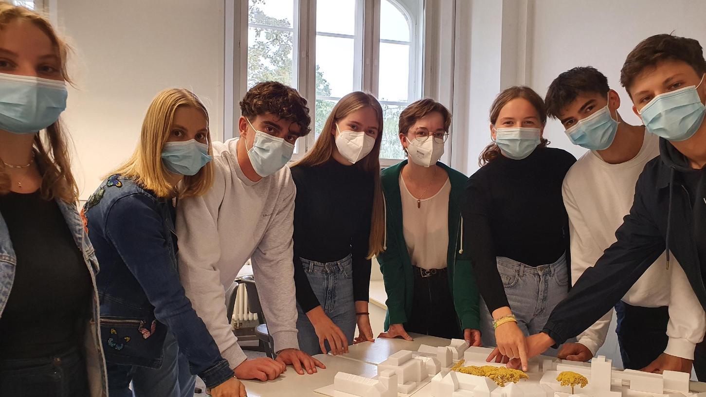 Schülerinnen und Schüler des Christian-Ernst-Gymnasiums zeigen ihr Modell des zukünftigen Quartiers.