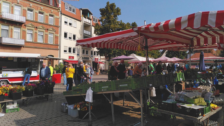 Marktstände auf dem Paradeplatz sollen auch in Zukunft die Forchheimer mit frischen Waren versorgen. Die aktuelle Gebührensatzung sorgt bei vielen Händlern für Ärger.