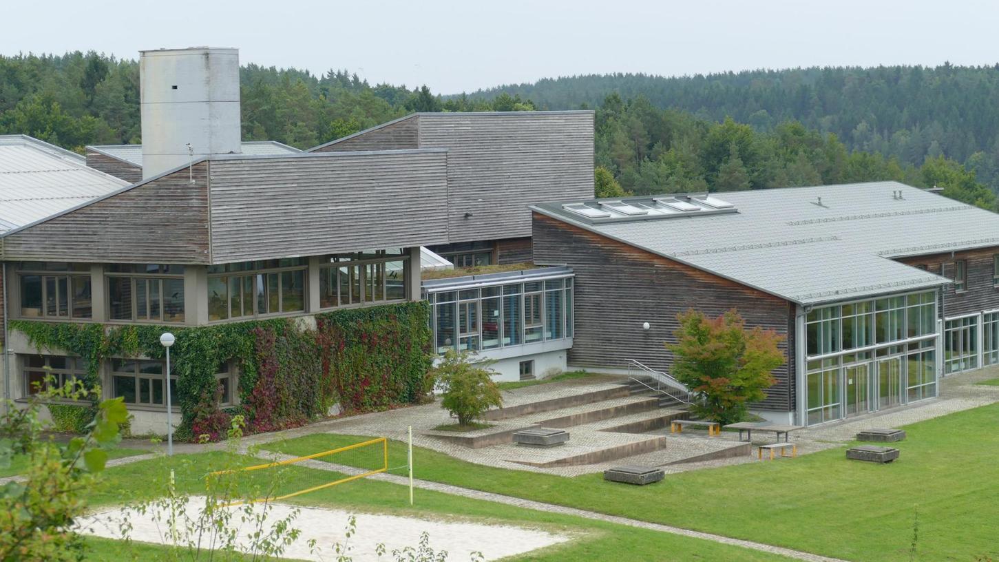 Mit großen Fensterfronten und Lärchenholz-Verkleidung präsentiert sich das Schullandheim Pottenstein.
