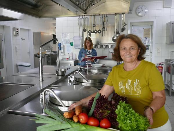 50 Jahre Schullandheim Pottenstein: Im Bild vorne rechts ist Leiterin Brigitte Hutzler zu sehen, hinten die neue Marketingverantwortliche Kerstin Hutzler.