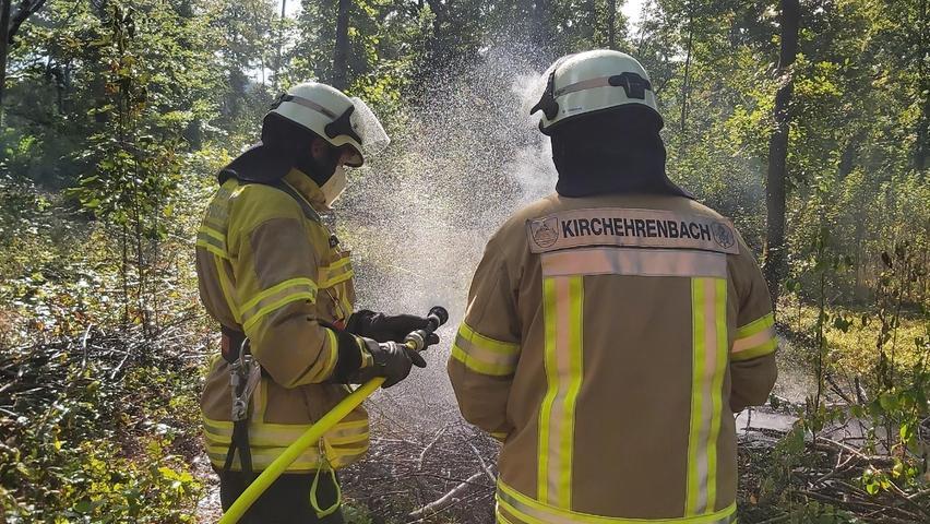 Die Feuerwehrmänner und -frauen verlegen postwendend die D-Schläuche und fangen an, den Brand zu umzingeln, um eine in der Realität mögliche Ausbreitung zu stoppen.