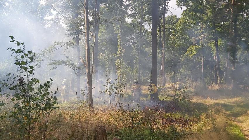 Die Mitglieder von @fire behalten alles im Blick, um die Feuer kontrolliert zu halten und zu überprüfen, ob die Einsatzkräfte aus Kirchehrenbach das theoretisch Gelernte richtig umsetzen.