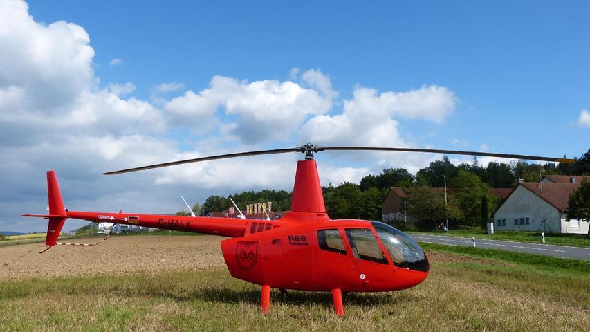 Gegenüber auf der Wiese stand schon der Hubschrauber der Luftrettungsstaffel für den Einsatz bereit.