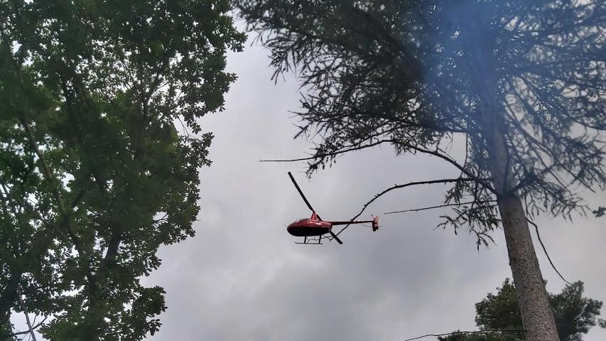 Währenddessenkreist der Hubschrauber der Luftrettungsstaffel mit Pilot Jörg Hermannsdörfer über dem Gebiet. Sein Auftrag ist es, das Feuer zu finden und die Rettungskräfte dorthin zu schicken.