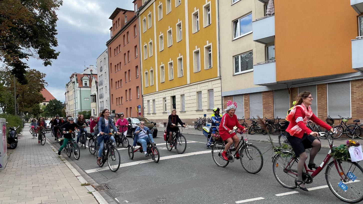 Am Langemarckplatz starteten die Radlerinnen zum ersten Fancy Women Bike Ride in Erlangen.