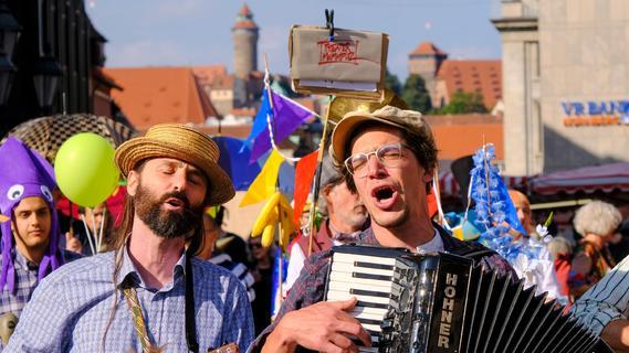 Bunt und laut: Nürnbergs Theater marschieren auf