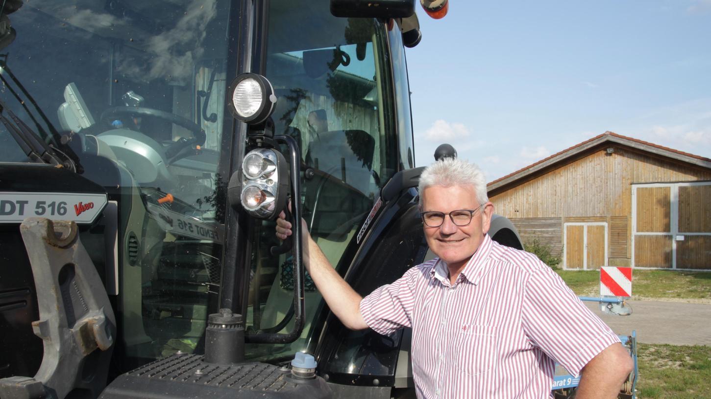 Auch als Bundestagsabgeordneter ist Artur Auernhmmer mit der Landwirtschaft verbunden geblieben. Ackerbau betreibt er auf seinem Hof noch immer und da gehören Arbeitstage auf dem Schlepper ganz selbstverständlich dazu.