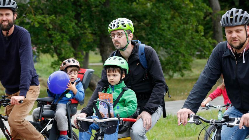 Unterwegs waren Lastenfahrräder, Räder mit Anhänger oder Kindersitzen, Kinderräder....