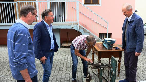 Adelsdorfer Heimatmuseum lädt Bürgermeister auf die Waage