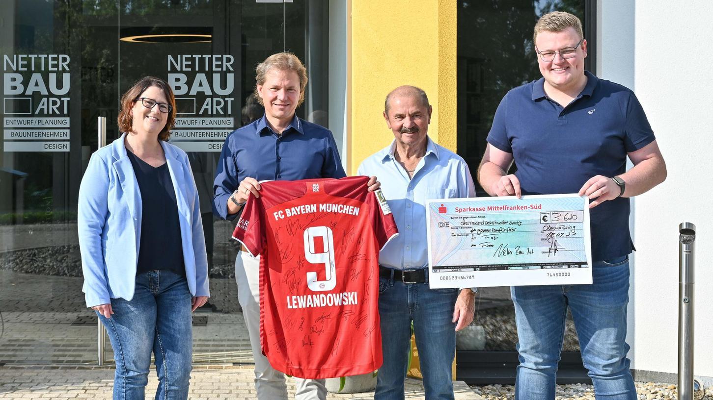 Trikot-Besitzerwechsel mit Diana Fehlner, Mario Netter, Max Netter und Dirk Krämer (von links).