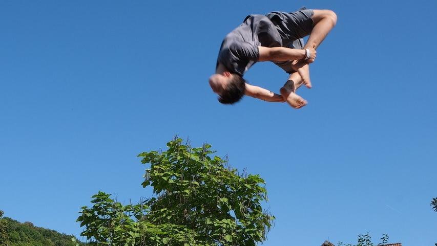 Luca Wolfarth bringt es auf seinem in den Boden eigelassenen Profi-Trampolin zu Welt-Spitzenleistungen.