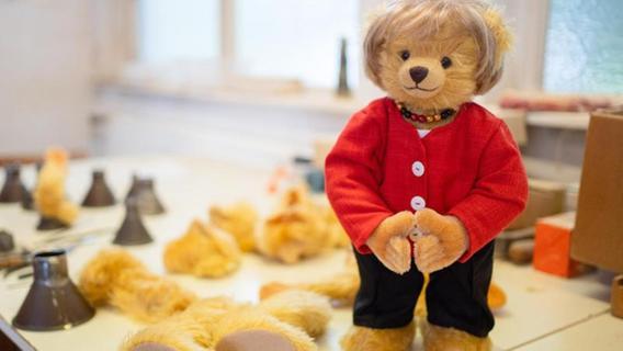 Deutschlandkette und Raute: Fränkischer Betrieb produziert Merkel-Teddy