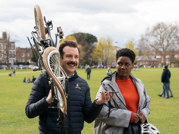 Jason Sudeikis als Ted Lasso und Sarah Niles als Sharon in einer Szene der Fußball-Serie