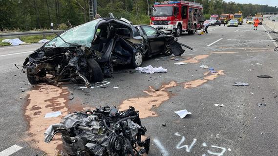 Nach Unfall mit vier Toten: Ermittler werten Hinweise aus