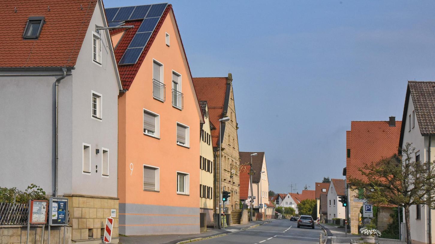 Die Hauptstraße in Dormitz, an deren Rand viele Häuser mit Sanierungsbedarf stehen.
