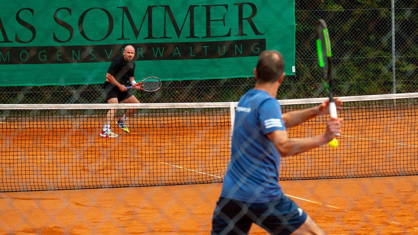 Szene aus dem Endspiel der Herren 40-Konkurrenz:Steffen Neumann (NHTC Nürnberg) im Hintergrund wartet auf den Return von Fabian Hinkmann (TC Herzogenaurach)