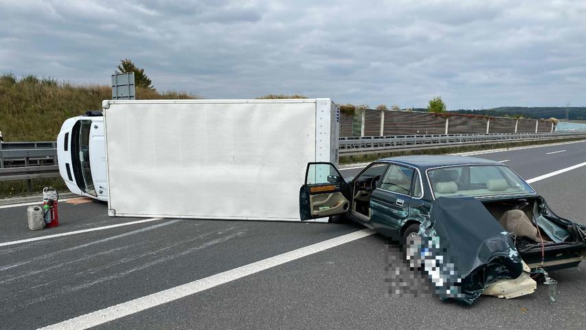Der Unfall ereignete sich gegen 11.45 Uhr in Fahrtrichtung Suhl an der Anschlussstelle Ebersdorf (Lkr. Coburg). Unfallverursacher war ersten Erkenntnissen zufolge der Fahrer eines weißen BMW.