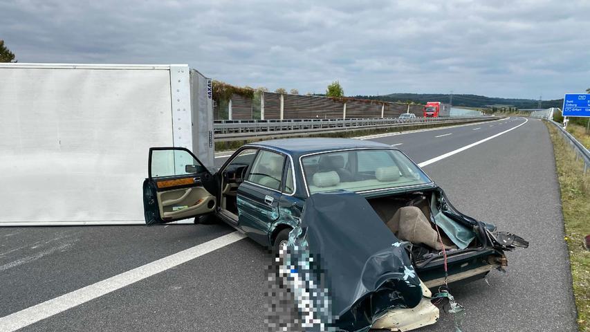 Der Fahrer des BMW fuhr an der Anschlussstelle Ebersdorf auf die A73 auf und wechselte direkt auf die linke Spur.Beim Wechsel auf die mittlere Spur habe er dann einen Jaguar übersehen, so die Polizei. Dessen 60-jähriger Fahrer legte einen Vollbremsung ein undversuchte daraufhin auszuweichen. Dabei streifte der Jaguar die Mittelleitplanke und touchierte anschließendeinen Porsche auf der rechten Spur.Anschließend stieß der Jaguar mit einem Kleintransporter zusammen, der hinter dem Porsche fuhr. Der Kleintransporter kippte um.
