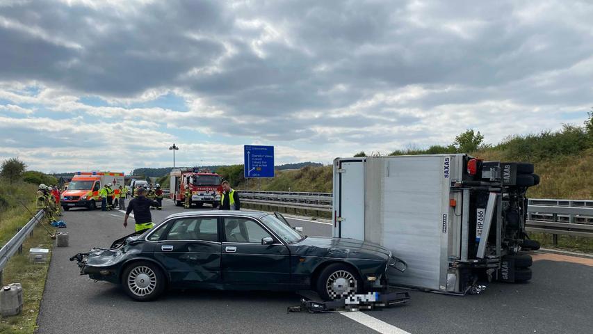 Drei Personen seien bei dem Unfall leicht verletzt worden,bestätigte die Verkehrspolizei Coburg.