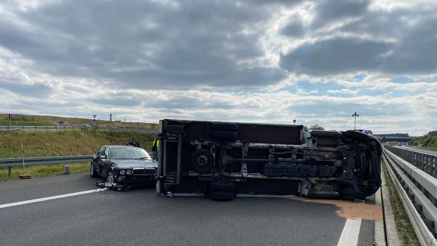 Gegen 15 Uhr wurde die Autobahn wieder freigegeben. Der Gesamtschaden beläuft sich auf schätzungsweise 60.000 Euro.
